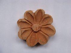 Flor de madeira entalhada à mão. Tamanho aproximado: 5,5 cm de diâmetro. R$ 1,10