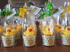 Met afscheidstraktaties neemt je kind op gepaste manier afscheid van het kinderdagverblijf, de peuterspeelzaal of de gastouder. Er zijn heel veel verschillende leuke traktatie ideeën te vinden en ik heb de leukste afscheidstraktaties voor je opgezocht. School Birthday Treats, School Treats, Birthday Diy, Party Gifts, Party Favors, Baby Shower Duck, Diy For Kids, Party Time, Thing 1