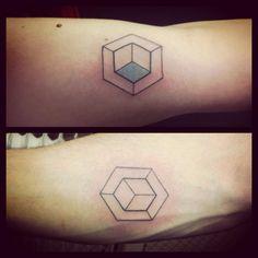 #tattoo #tatouage #dotwork #handpoke #handpokingtattoo #fonteljuice #géométrie #geometry
