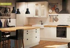 Des touches de noir mat dans une cuisine blanche (recycler mes chaises de salon !)