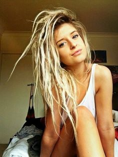 I love how her dreads look. White Girl Dreads, White People Dreads, Partial Dreads, Blonde Dreadlocks, Blonde Dreads Girl, Looks Pinterest, Beautiful Dreadlocks, Pretty Dreads, Blonde Dreads