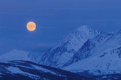 Der Mond ist aufgegangen - und beleuchtet die Berge von Troms. Der Vollmond von Christian Camenz strahlt auf dieser Fototapete in seiner ganzen Pracht. Norwegen im Winter, Schnee in den Bergen weckt nicht nur bei Abenteurern das große Fernweh. Bergen, Mount Everest, Winter Schnee, Mountains, Nature, Collage, Travel, Tattoo, Pictures