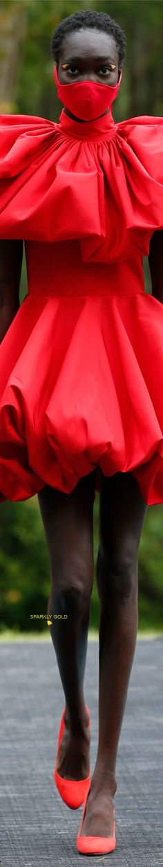 Christian Siriano Spring 2021 RTW #SparklyGold ❀ Red Fashion, Fashion Show, Womens Fashion, Fashion Design, Fashion Trends, Christian Siriano, Designer Collection, Peplum Dress, Ready To Wear
