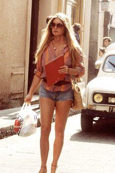 C'est la dégringolade de l'image. En 1983, l'ex-icône est photographiée au retour de ses courses à Saint-Tropez avec un sac plastique et un short en jean. Années sombres.