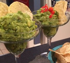 Guacamole Dip is a staple for game day, Cinco de Mayo, and summer parties. This delicious Margarita Guacamole Dip recipe is the perfect party dip! Fiesta Theme Party, Taco Party, Festa Party, Mexico Party Theme, Salsa Party, Mexican Fiesta Party, Margarita Party, Margarita Recipes, Gourmet