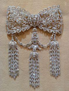 Cartier Edwardian diamond lace bow brooch with three long diamond fringes… Bow Jewelry, Cartier Jewelry, Diamond Jewelry, Jewelry Gifts, Jewelry Accessories, Fashion Jewelry, Diamond Pendant, Gold Jewellery, Emerald Pendant