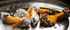 Sulaan suklaaseen ja paahdettuun mantelirouheeseen dipatut mandariinit ja persimonit sopivat hyvin pikkujoulujen tarjoiltavaksi. N. 0,20€/annos. Joko, Panna Cotta, Fruit, Breakfast, Ethnic Recipes, Desserts, Christmas, Morning Coffee, Tailgate Desserts