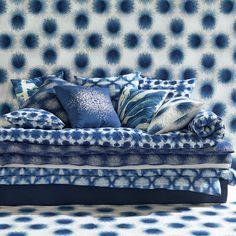 Un total look indigo, AM.PM. Mur, canapé et coussins s'accordent sur la couleur mais jouent avec les motifs pour un salon en total look mais pas en ton sur ton !