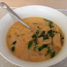 Soppa gjord på fläskfärs, vitlök, lök, selleri, svamp (det är dom skivorna som ser ut som halva korvslantar), kokosgrädde, buljong, långbönor, mini aubergine kryddat med chili, cajunkrydda och peppar.