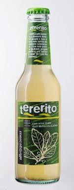 """TERERITO BEVANDA GASSATA ALL'ERBA MATE Tererito è una bevanda frizzante a base di estratto di erba mate, ispirata alla tradizione del Sud America, dove le infusioni ottenute con le foglie di quest'erba vengono consumate calde nella caratteristica zucca vuota (il """"Mate"""") oppure servite fredde miscelate con succo di agrumi. Il suo gusto armonioso, in cui spicca la leggera ed inconfondibile nota dell'erba mate, la rende particolarmente piacevole ed assolutamente inconfondibile."""
