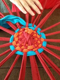 Colon's Classroom Corner: Easy Hula Hoop T-Shirt Rug - - Mrs. Colon's Classroom Corner: Easy Hula Hoop T-Shirt Rug Craft things Mrs. Colons Klassenzimmerecke: Einfacher Hula Hoop T-Shirt Teppich Crafts To Make, Fun Crafts, Crafts For Kids, Arts And Crafts, Hula Hoop Rug, Hula Hoop Weaving, Fabric Crafts, Sewing Crafts, Craft Projects