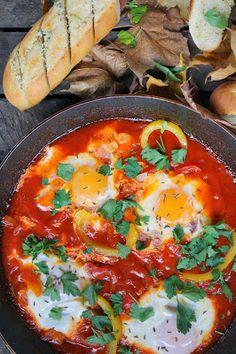 Na cztery widelce: Shakshuka Shakshuka Brzmi egzotyczn… Gf Recipes, Vegan Vegetarian, Ethnic Recipes, Food, Essen, Meals, Yemek, Eten