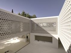 Los Limoneros / Gus Wüstemann Architects Completed in 2014 in Marbella Spain. Images by Bruno Helbling. Program The plot is situated in an suburban urbanisation of private villas next to a golf court near Marbella Spain. The program is a house for a. Facade Architecture, Contemporary Architecture, Casa Patio, Internal Courtyard, Stone Facade, Building Companies, House Design, Home, Bricks
