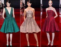 Como em toda Semana de Moda de Paris, os vestidos de Elie Saab roubaram a cena! Vamos começar pelo modelos curtinhos. Com saia evasê, os vestidos ganharam detalhes de pedraria no busto e nas costas