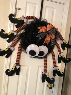 Halloween Yard Art, Halloween Wood Crafts, Halloween Mesh Wreaths, Halloween Spider, Diy Halloween Decorations, Holidays Halloween, Halloween Balloons, Halloween Projects, Halloween Stuff