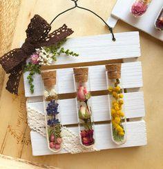 試験管を使ったインテリアにハマる人続出!今や100均でも手軽に入手できるようになった試験管をアレンジしたインテリアがとっても素敵なんです☆参考にしたいディスプレイアイデアやアレンジ方法など、素敵な作品例をたっぷりご紹介致します♪ Candy Flowers, Diy Flowers, Eid Crafts, Diy And Crafts, Goth Home Decor, Tissue Paper Flowers, Diy Frame, Flower Frame, Diy Wall Art