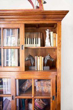 Miluje staré veci. Zbiera napríklad staré krabičky, veľké nástenné reklamy, ťažítka s historickými fotografiami alebo kovbojské čižmy či sochy koní a staré knihy.