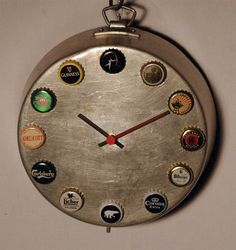 Ogni ora ha la sua birra. Orologi da parete realizzati con dei vecchi tegami d'alluminio e tappi di birra come indicatori delle ore. #orologio #wallclock #riciclo #riuso #upcycling #birra #parete #bar #cucina #cameretta #salotto #soggiorno #taverna