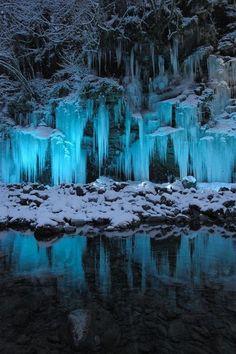 """Icicle cave at Misotsuchi, Saitama, Japan。日本埼玉县三十槌的冰柱(三十槌の氷柱)。秩父市大滝的三十槌地区一到冬天从荒川流出的水就会结成冰,变成非常大的冰柱。那个冰柱有50米宽,高为6-7 米左右。那自然雕琢的美丽,吸引了大家的眼睛。 另外,在大滝中津峡的出合的绝壁,会结成一股高50 米的""""冰的瀑布。""""被誉为""""天然艺术""""。是冬天去琦玉县不得不去的景点之一!"""