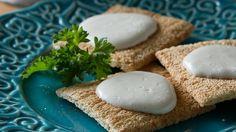 Feita à base de óleo e ovo, a maionese é cercada de mitos. Isso porque este ingrediente básico da culinária parece gordo, mas tem metade do valor energético da manteiga, do azeite e da margarina. Ainda assim, é possível cortar ainda mais suas calorias.