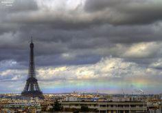 Per una volta la bellezza della Torre Eiffel è oscurata da un affascinante fenomeno della natura: unarcobaleno dalla forma inusuale, vale a dire parallelo ai tetti della città e alla linea dellorizzonte. La Nasa ha scelto questo scatto di Bertrand Kulik come