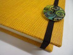 Linea bottone - dettaglio chiusura elastico quaderno con bottone