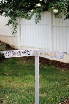 DIY | Two Delighted - Part 7 Harry Potter Halloween Party, Harry Potter Props, Garden Signs, Unique Gardens, 6th Birthday Parties, Diy Signs, Shade Garden, Halloween Ideas, Hogwarts