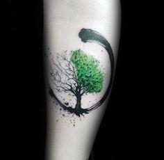 ein keltisches Tattoo mit dem Baum des Lebens eine Halbe im Sommer, eine Halbe im Winter