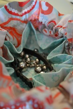 Tutorial. Drawstring travel jewelry bag. I received one of these when I graduated and I still have it stashed away. I'd love to make one for my daughter.