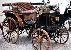 Panhard et Levassor Phaeton, voiture routière de 1890  La Panhard et Levassor Phaeton, cette ancienne voiture fut construite de 1890 à 1894, la Panhard et Levassor Phaeton de 1890 mesure 1.46 mètres de large, 2.3 mètres de long, et a un empattement de 1.85 mètres.