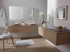 parquet stratifié clair et moderne et un mobilier en bois clair élégant