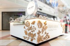 Jewelry nall counter kiosk design for einav fadida by dana shaked white counter with wood leaves and flowers cnc cut - עיצוב דוכן תכשיטים