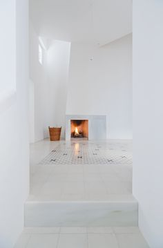 Casa Voltes is a house in Cadaqués implemented by London-based office Sergison Bates and Barcelona-based practice Liebman Villavecchia Arquitectos Installation Architecture, Interior Architecture, Interior And Exterior, Interior Design, Living Room White, White Rooms, Modern Fireplace, White Fireplace, Minimalist Design