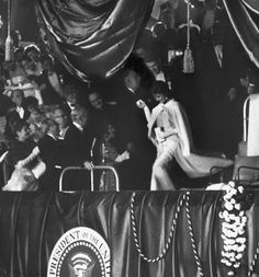 Jackie Kennedy Style, Jacqueline Kennedy Onassis, Les Kennedy, John Kennedy, First Lady Portraits, First Lady Of America, Jfk Jr, International Style, Beautiful Family