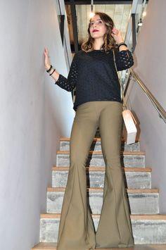 inspiracao de look usando calca flare para eventos casuais