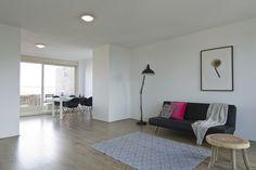 Ben je al verhuisd en laat je een lege woning over, dan kan de kijker moeilijk inschatten hoe groot de ruimte is. Met het plaatsen van nette huur-meubels, geef je een functie aan ruimtes en laat je zien hoe groot de ruimte is. Kies je voor neutrale eigentijdse meubels, dan wordt de woning aantrekkelijker.  (Meubelhuur, verkoopstyling & fotografie Amsterdam verzorgd door NR 310!)