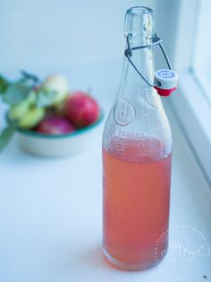 Omenamehun valmistaminen mehumaijalla Hot Sauce Bottles, Food, Essen, Meals, Yemek, Eten