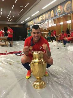 Inter Milan's former Cardiff City defender/midfielder Gary Medel poses with the trophy after the game in the Unites States of America Gary Medel, Copa America Centenario, Fc Bayern Munich, Cardiff City, Chi Chi, Fifa World Cup, Lionel Messi, Soccer Players, It Cast