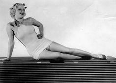 American actress Mary Carlisle posing in a swimsuit Photograph About 1930 Die amerikanische Schauspielerin Mary Carlisle posiert im Badeanzug...