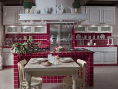 Top in piastrelle di ceramica 10x10 cm, colore rosso viola, per questa cucina in muratura stile classico con isola centrale. Per rivestimento e paraschizzi sono utilizzate le stesse piastrelle