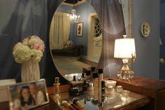 Gossip Girls - AD España, © Christina Tonkin Interiors. la habitación de Blair en la residencia Waldorf: el aparador, el espejo ovalado, el tono azulado de las paredes, el cuadro de Audrey... Un conjunto perfecto.