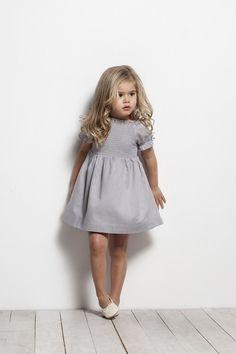 Gris vestido muy infantil//