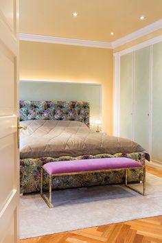 Schlafzimmer mit indirekter Beleuchtung. Bett von Rolf Benz.    Bedroom with indirect lights. Bed from Rolf Benz.    Foto: Viktoria Stutz