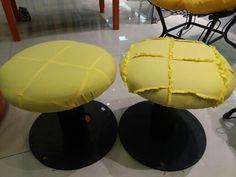 Duo de puffes de carretel com a costura do assento invertida para dar o toque despojado. BY Isa Perinotto