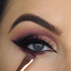 Winged eyeliner with glitter & geflügelter eyeliner … – Brille Make-up Black Smokey Eye Makeup, Makeup Eye Looks, Eye Makeup Steps, Makeup For Brown Eyes, Eyeshadow Looks, Makeup Eyeshadow, Smokey Eye Makeup Tutorial, Eye Makeup Tips Videos, How To Smokey Eye