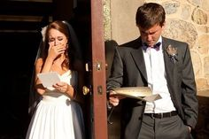 Photo-Inspiration: A shot of the couple before the wedding, reading each other's letters.