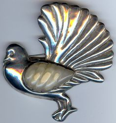 LARGE VINTAGE 1940'S MEXICAN SILVER CARVED JADE STONE FANCY PIGEON BIRD PIN  *