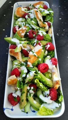 Chicken salad with avocado, raspberries and a garlic dressing (in danish)