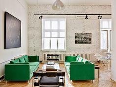 brick white wall, herringbone wood floor, amazing emerald green couch // Мастерская фотографа, автор и хозяин Владимир Глынин