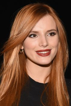 karamell haarfarbe, lange glatte haare in karamellnuancen, dunkelroter lippenstift